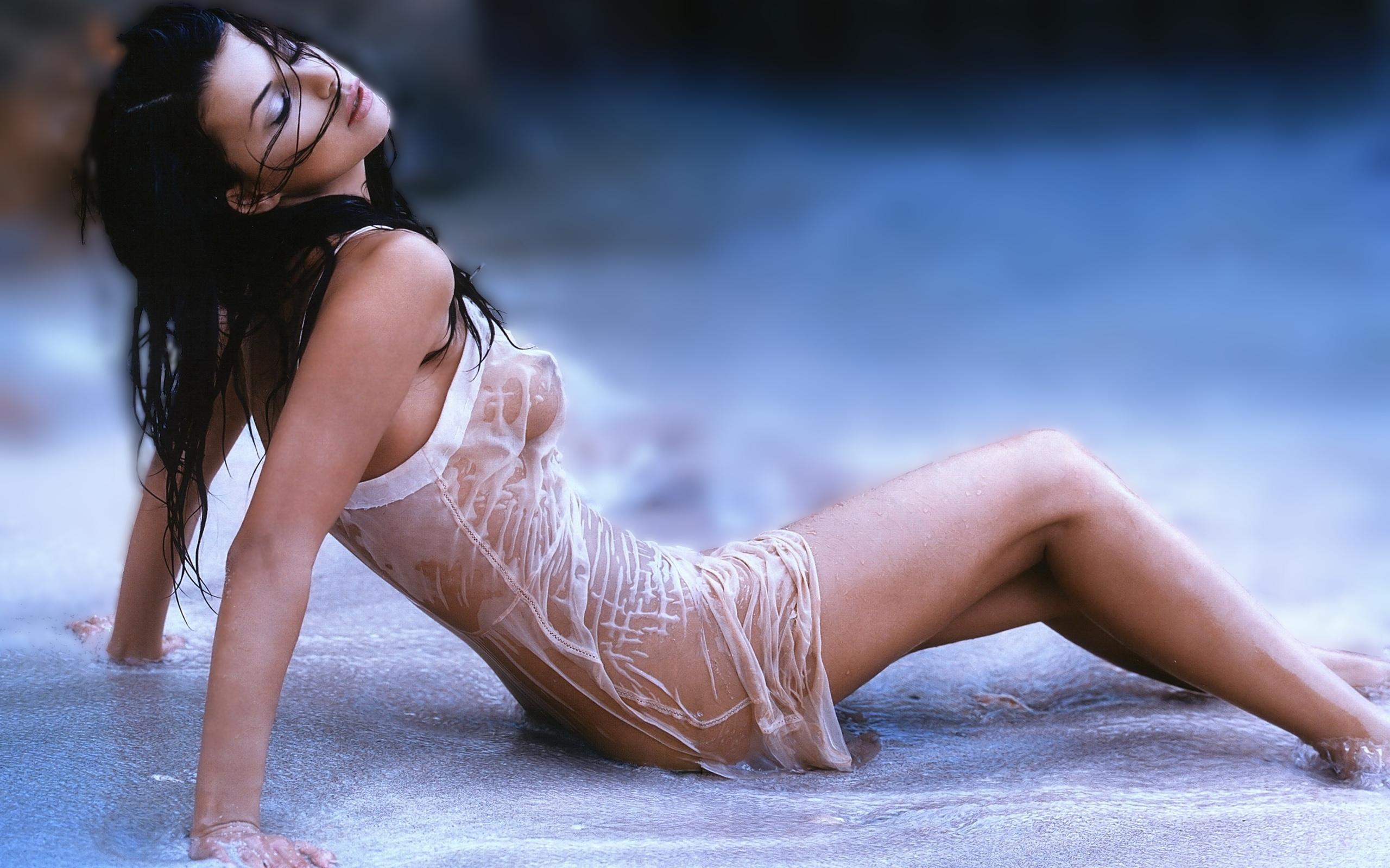 Фото девушки в мокрой одежде 27 фотография