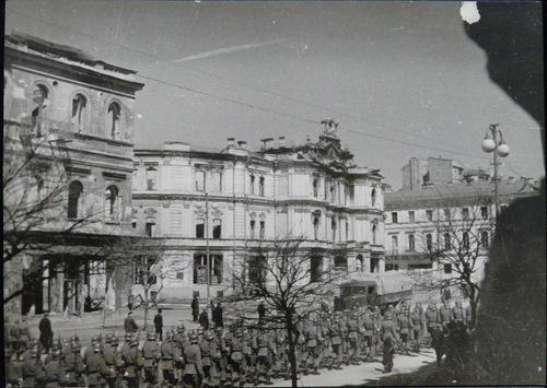 Немцы проходят перед Оперным театром