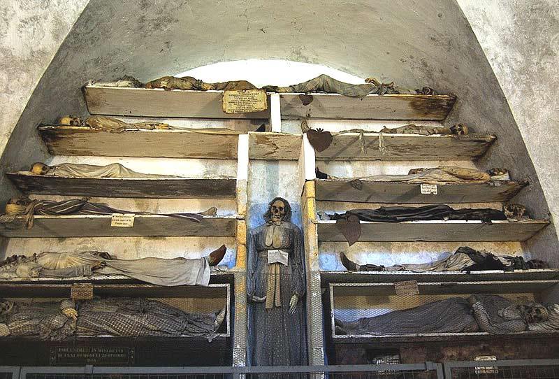Италия.Рим. Мумии и скелеты в церкви капуцинов.Здесь находятся тлеющие кости, которые соприкасаясь с окружающим воздухом излучают опасные для здоровья пары.